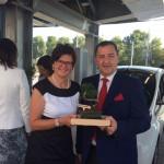 Petra Draxl mit Bonsai und Bezirksvorsteher